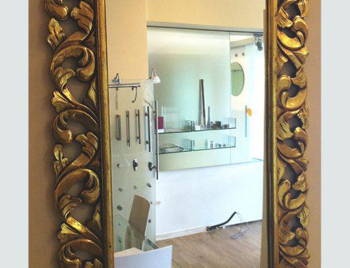 Specchio da parete con cornice in legno