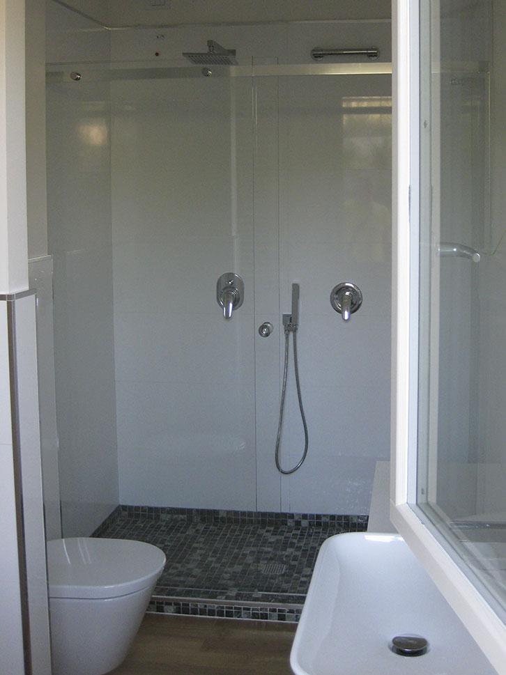 Chiusura doccia in nicchia in cristallo temperato fisso e anta con sistema scorrevole barra quadrata