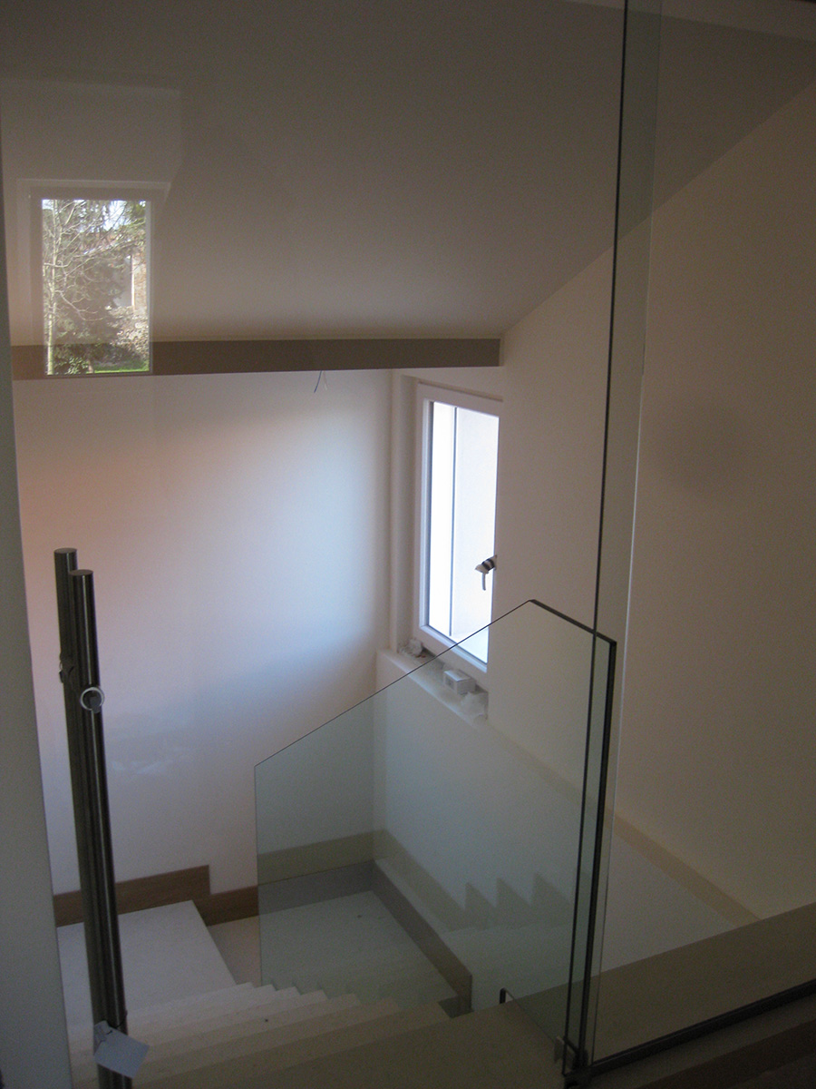 Parapetto in vetro con chiusura vano scala e porta scorrevole