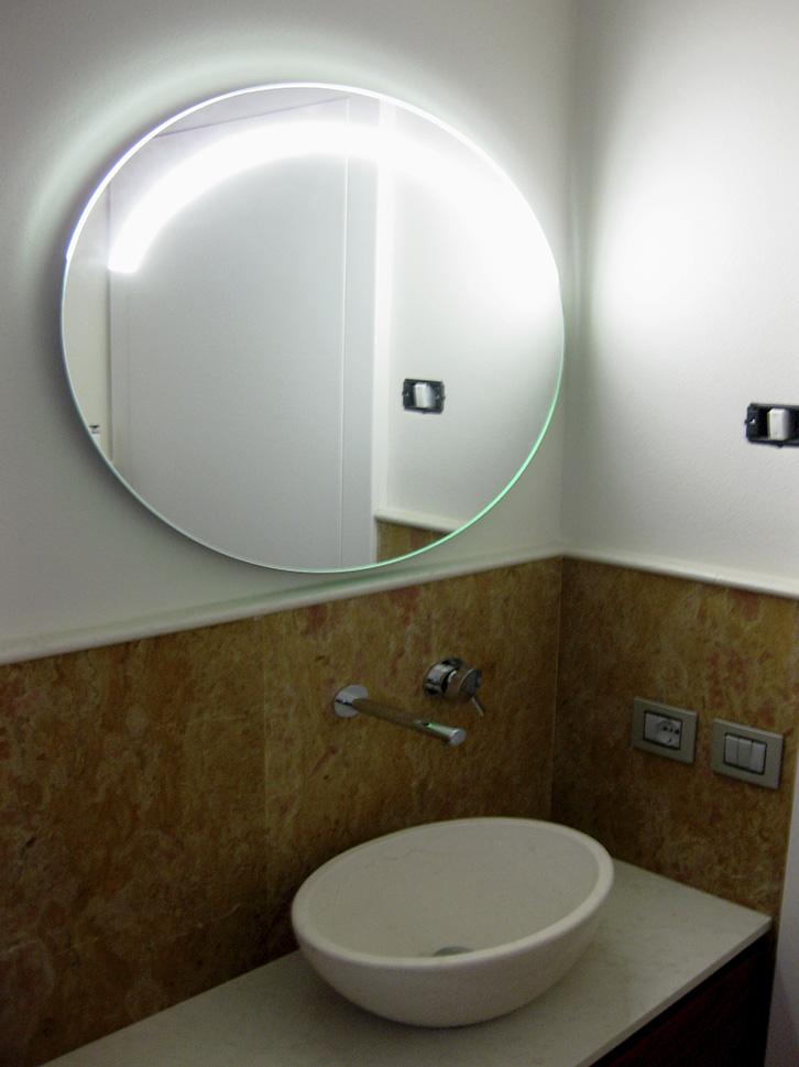 Specchio ovale con fascia sabbiata e led