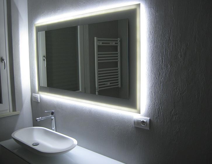 Specchio con telaio in legno e base in cristallo laccato e led perimetrali
